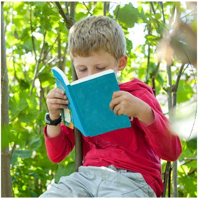 jongen-met-boek-in-bos-cirkel